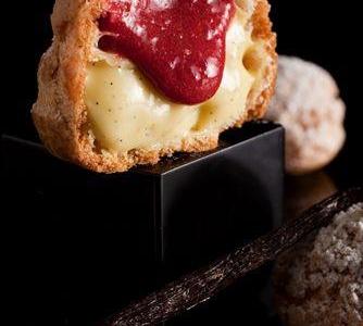 I popellini: vanilla cream and liquid raspberry chous