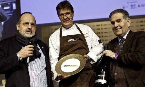 <p><b>Giovanni Minetti</b>, direttore generale di <i>Fontanafredda - Mirafiore</i>, premia Alessandro Gilmozzi</p>