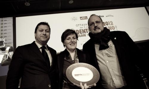 <p><b>Alfredo Zini</b>, deputy president of <i>Fipe</i>, awards <b>Viviana Varese</b></p>
