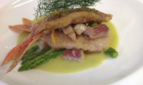 Crispy mullet fillets with pistachios on a cream of asparagus