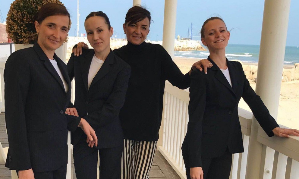 Luana Mariani, Daria Nakhaeva, Catia Uliassi and Vanessa Serenelli: the four female faces at Uliassi in Senigallia. Another woman, Sonia Gioia, discusses with Catia with the usual wit, collecting stories, secrets and backstage notes from a dining room with more elegance than others