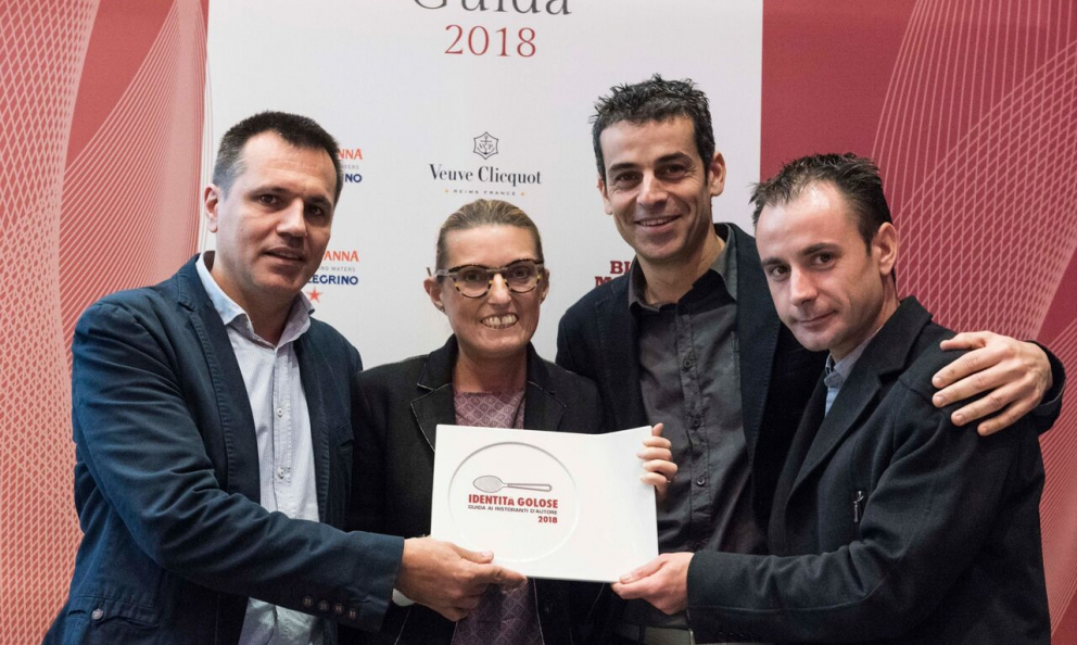 Oriol Castro,MateuCasañasand Eduard Xatruchof Disfrutar– Barcelona. Peirone,Top Gastronomy Managerat Gruppo Lavazza hands them the Best Foreign Chef of the year award assigned by Guida di Identità Golose 2018