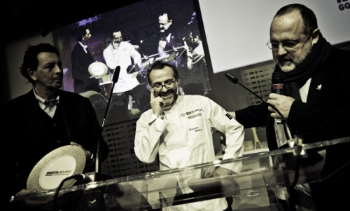 <p><b>Nicola Baldrighi</b>, President of <i>Consorzio Grana Padano</i>, awards <b>Massimo Bottura</b></p>