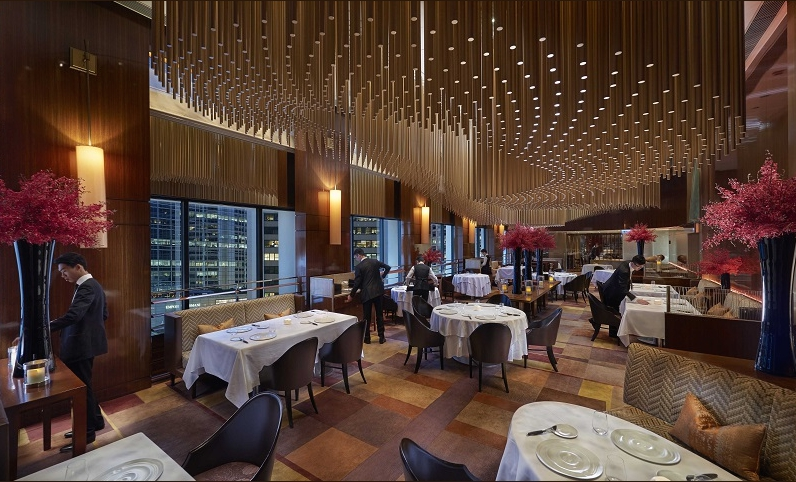 The luxurious dining room at restaurant Amberin Hong Kong, French-Asian cuisine signed by a Dutch chef, Richard Ekkebus(photoAmber)