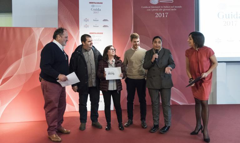 Paola Valeria Jovinelli,fondatrice de L'Arte del Convivio, premia gli Abbruzzino tra Paolo Marchi e Lisa Casali