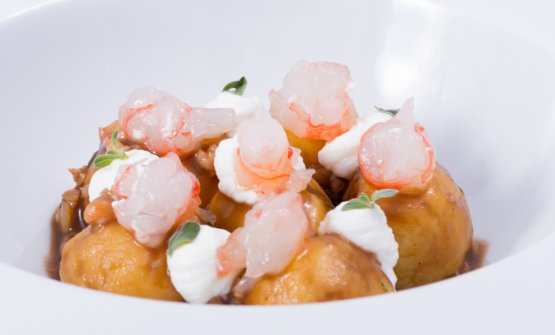 Gnocchi with quarantine potatoes, red prawns, prescinsoa and marjoram. One of the dishes from  Impronta D'Acqua, recently opened in Cavi di Lavagna (Genova). At the helm, Friulian  Ivan Maniago and partner Romina Di Fabio, tel.  +39.375.5291077