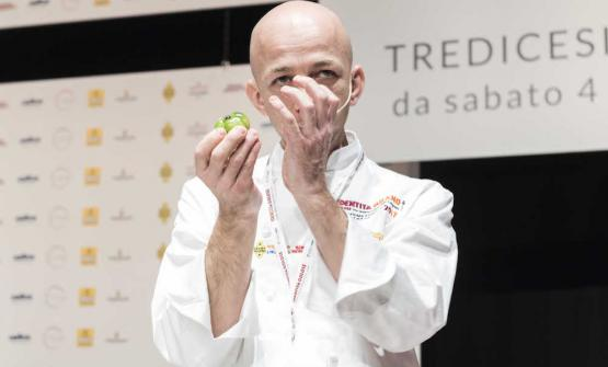 Riccardo Camanini, 43, chef at Lido 84 in Gardone Riviera (Brescia). He captured the audience with two very symbolic recipes: Pasta risoni in a soup of pistachios and Kidney al torchio