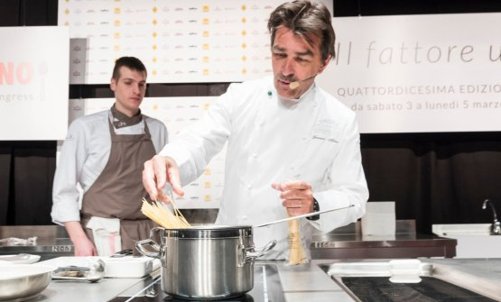 At Identità Milano, French cuisine superstar Yannick Alléno participated in Identità di Pasta, in collaboration with Pastificio Felicetti. He also held a lesson in the Auditorium, and on this occasion too, he presented a pasta-based dish