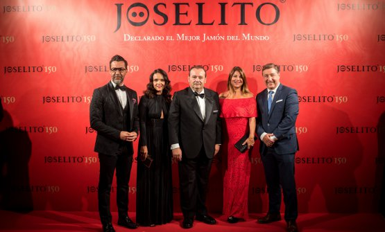 JoséGómezwithQuique DacostaandJoan Roca(and their wives) for the 150'th anniversary ofJoselito
