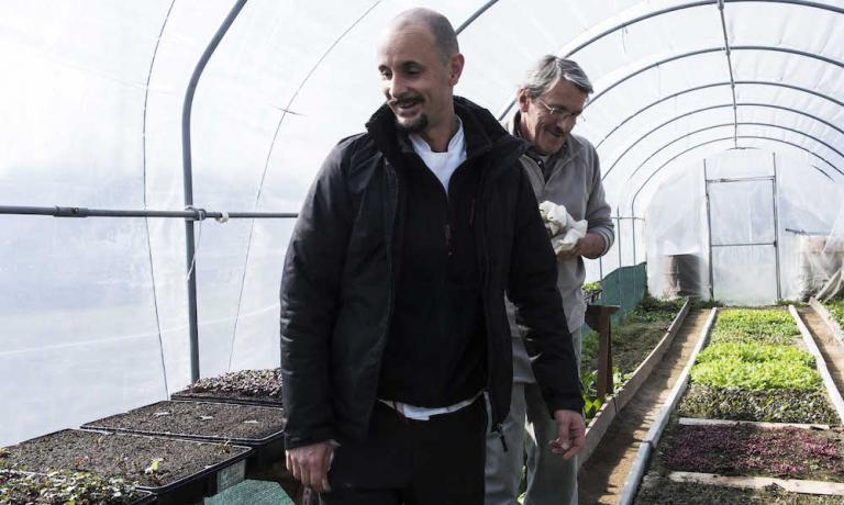 Enrico Crippa, chef at Piazza Duomo, 3 Michelin stars. Behind him, Walter Danusso, farmer in the Langhe. From the vegetable garden they tend to, right outside Barolo, comes a large part of the vegetables, fruits and herbs that are served at the 3 Michelin star restaurant in Alba (Cuneo) and in the restaurant below (photos in this article are by Brambilla/Serrani, translation by Slawka G. Scarso)