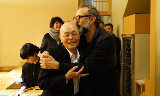 Jiro Ono, sushi master at Sukiyabashi Jiro in Tokyo (3 Michelin stars),Massimo Bottura, chef at Osteria Francescana in Modena (3 Michelin stars), in Nobeoka, south Japan, for the International culinary conference organised by Matsushiro Yamamoto. A triumphant trip for both (photo by Takefumi Hamada)