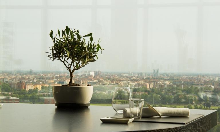 The beautiful view from one of the tables at Unico. In this selection you will find eight alternatives where to observe Milan from above, sitting at the table of an excellent restaurant