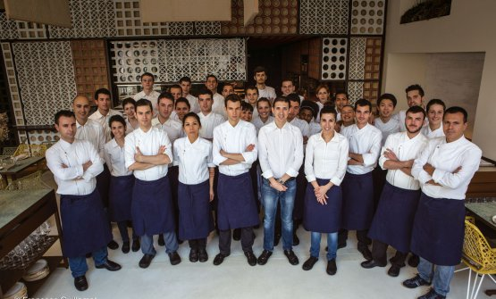 A souvenir photo with the team at Disfrutar in the days of the first Michelin star, in 2016