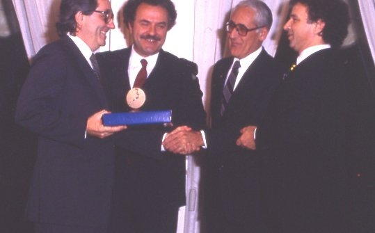 1984:Marchesireceives the Europa a tavolaaward from Toni Sarcina (right)