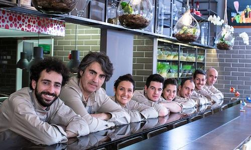 �vviva's team in Viale Gramsci 31 in Riccione (Fc), tel. +39.0541.694098, opening on Wednesday April 2nd. Franco Aliberti and Andrea Muccioli (the first two on the left) have conceived this cafe, pastry-shop, restaurant, cooking school and store all in the same place (photos by Giorgio Salvatori)