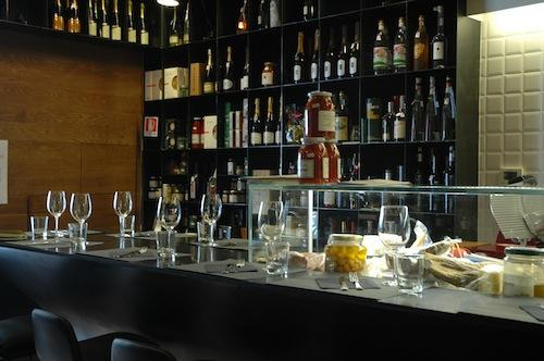 The counter of Bancovino, a winebar recently opened in Via Pietro Borsieri 27 in Rome, tel. +39.06.87673864. You can lean on the long counter when choosing among the many bottles of wine, available for you to buy, together with many other products. Italian-Argentinian chef Adrian Venturi prepares tasty and simple dishes