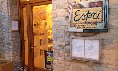 The entrance to Esprì in Colonnella (Teramo), a natural cuisine tavern located in the first hilly village you encounter in Abruzzo, when arriving from the Marche, tel. +39.0861.70581. Since February 2010 the owners are Emanuela Tommolini and Fabio De Cristofaro, both 34 years old and authors of an original and convincing cuisine