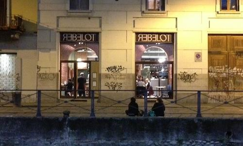 The entrance to Rebelot del Pont in Ripa di Porta Ticinese 55 in the Navigli area, in Milan, +39.02.84194720, a spinoff of nearby Pont de Ferr, both owned by Maida Mercuri. Quietly opened before the summer, Rebelot is conquering the public thanks to its original formula made of small (yet not so small) dishes. The 32-year-old chef is Brazilian Maurizio Zillo