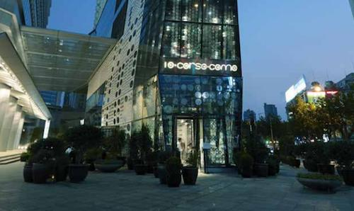 The entrance to 10 Corso Como in Shanghai, in China. Carla Sozzani's store opened downtown a few weeks ago. Here you can find many excellent products and, on the top floor, the food of Corrado Michelazzo, an old acquaintance of Identità just like Zenato, a winery that accompanied his debut during a pleasant evening
