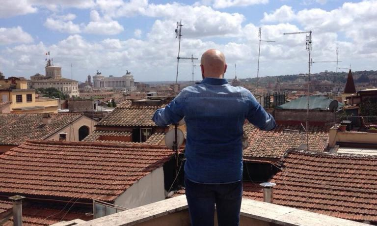 A photo published on his Facebook profile, Niko Romito stares at the sky and the rooftops in Rome, a premonition of the new Spazio restaurant-workshop that will open on November 20th inside Eataly Roma Ostiense, a project which he will present today at Salone del Gusto, next to Oscar Farinetti. In Torino, the chef from Abruzzo will hold an important lesson on meat, tomorrow at noon. This will be followed by a presentation of his wine Pecorino Terre Aquilane 2013 Feudo Antico per Casadonna