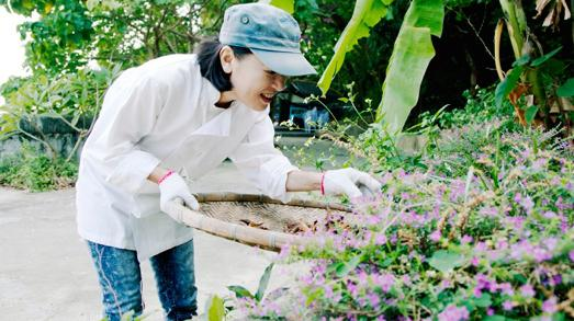 Margaret Xu outside Yin Yang, her restaurant in Hong Kong, a small white house on the beach, capable of giving new lymph to traditional Cantonese cuisine. Her passion for the vegetable garden was such that it generated a small organic farm, supplying the entire restaurant