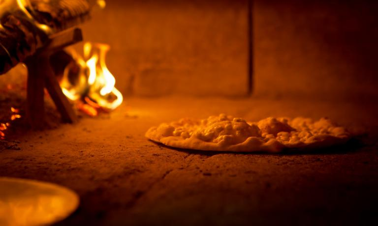 Pizza with bubbles baked in the oven of pizzeria Da Ezio, in Alano di Piave (Bl), tel. +39.0439.779125, pizzeriadaezio.it