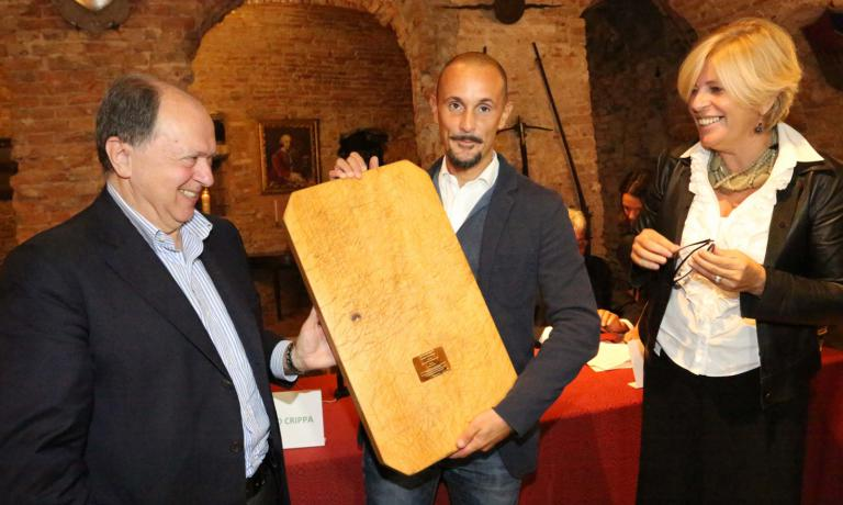 Enrico Crippa awarded a few hours ago by Enoteca regionale del Roero and Consorzio tutela vini Roero, the prize handed by Enzo Vizzari and Antonella Parigi, regional assessor for Culture and Tourism. (All photos by Bruno Murialdo)