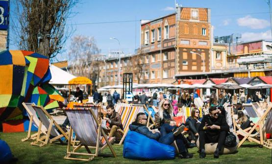A photo taken from Ulichnaya Eda, Kiev's street food road, a very popular meeting place for young people, where you can taste specialties from all over the world. It is the emblem of the culinary rebirth of Ukraine, a country that has been independent for 25 years and with a restaurant scene growing rapidly, as local reporter Marina Mayevska tells us on the Guida ai Ristoranti di Identità Golose (photo from destinations.com.ua)