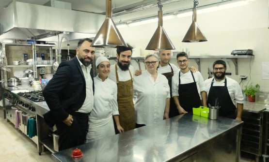 Antonello Magistà, first from the left, his mum Maria Cicorella in the middle and most of the staff (left to right Sara Pertosa, Livio Improta, Leonardo Caterino, Daniele Gamarro and Mario Magistà): these are the people at Pashà in Conversano. Photo Tanio Liotta