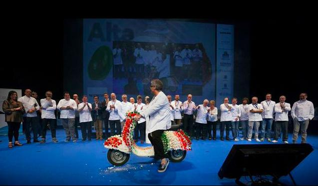 The Catalan pastry chef on board of a Vespa plumed with cakes. This is the tribute that the Basque Country paid to the Italian chefs, the protagonists of the 3-day Gastronomika congress, which attracted crowds in the rooms of the Kursaal in San Sebastian, from October 5th to the 8th