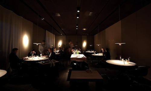 The lightning in the dining room of Le Calandre in Rubano (Padua), designed by Davide Groppi. Light as an ingredient in the dish, a creed of the light designer from Piacenza, is concretely applied even at Osteria Francescana in Modena and at Antica Osteria del Teatro in Piacenza. We illustrate this in the photo-gallery below