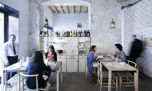 The small dining room of 28 Posti, opened a few months ago in Via Corsico 1 in Milan, tel. +39.02.8392377. Chef Caterina Malerba and dining room manager Antonino Toscano, husband and wife, are from Calabria, from Pizzo Calabro on the Tyrrhenian Sea, where they used to run Locanda Toscano