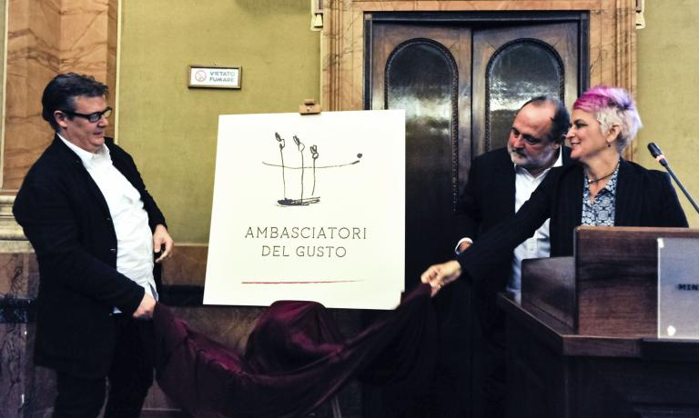 Paolo Marchi and Cristina Bowerman, with Alessandro Gilmozzi, present the logo of Ambasciatori del Gusto. The new association was launched two days ago at the Ministry of Agricultural Policies in Rome: it will unite the best in Italian cuisine so as to work as a team and present Italian excellence abroad too (photo by Brambilla-Serrani)