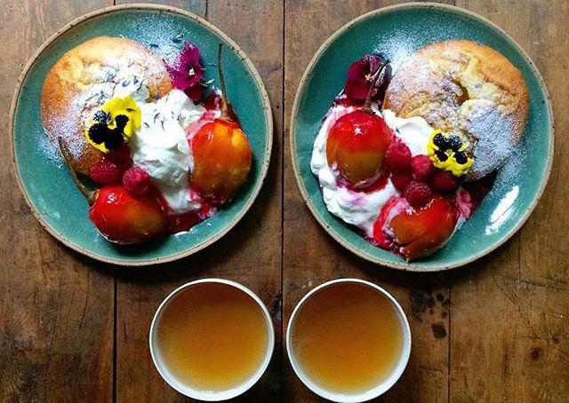 Il londineseMichael Zee ogni mattina prepara una colazione diversa, perfettamente simmetrica, per sé e per il suo compagnoMark van Beek. Le foto di Symmetry Breakfast sono diventate virali e i due hanno centinaia di migliaia di followers su Instagram