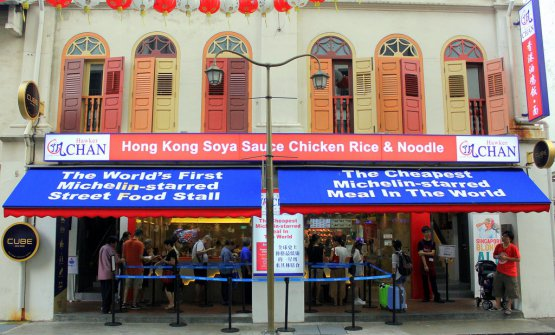 "The ""comfortable"" Hawker Chan location, a few steps from the historic one"