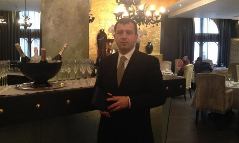 Donato Marzolla spent 16 years at Rossellinis, the restaurant inside Palazzo Avino, the luxury hotel in Ravello. Thanks to his work, in 2014 Identità Golose awarded him as maître of the year. This was the reasoning: He has the uniform and the approach of a proper maître: a deep knowledge of wines (and not only wines), the right, never imposing recommendation, and the irony that helps solving even the most intricate situation in the dining room