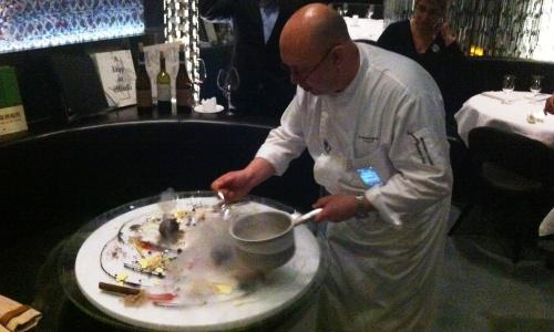 Corrado Michelazzo ends the dinner in his restaurant,10 Corso Como, with an artistic performance: fruit-based colours, fruits of the forest used for garnishing, brushes of custard cream, smudges of chocolate, drawings made with compotes