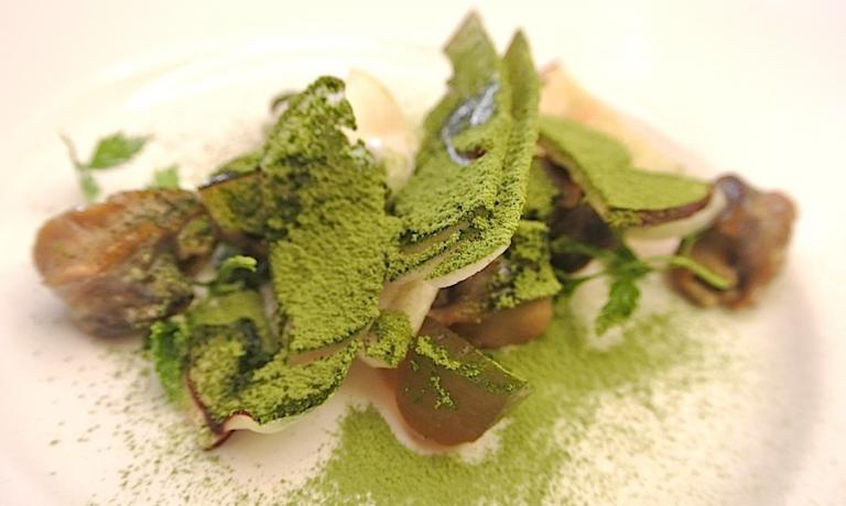 Slightly smoked snails, porcini and green tea. The summary of Lopriore's philosophy