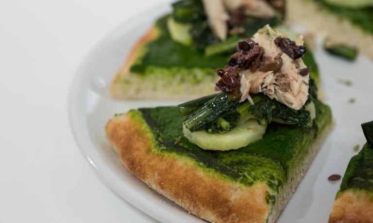 Pizza Italia 2015 according to PizzaUp: dough made with Petra 1 flour and mother yeast, topping with mackerel in oil, potatoes, black cabbage, dry thyme, oregano, basil plus the delicately bitter touch of black olives (photo by Thorsten Stobbe)