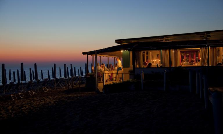La Pineta close to the waves, at sunset: a dream that continues around the table