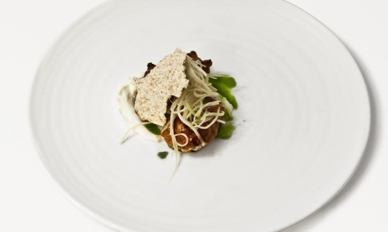 Lacquered sweetbreads with Birra Moretti Grand Cru, aioli, oil with tarragon, barley pastry, celery and celeriac: one of the recipes that allowed Daniele Pennati, chef from Valtellina, to get to the finals of the Pemio Moretti Grand Cru, two years after participating for the first time