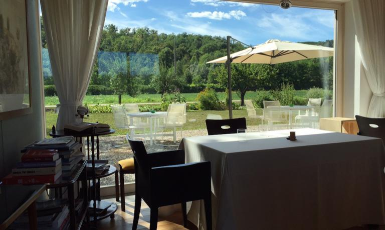 Grass and fields, nature and fruit trees are the backdrop for the guests at Antonia Klugmann and Romano De Feo's restaurant, L'Argine in Vencò di Dolegna del Collio (Gorizia), in Friuli-Venezia Giulia