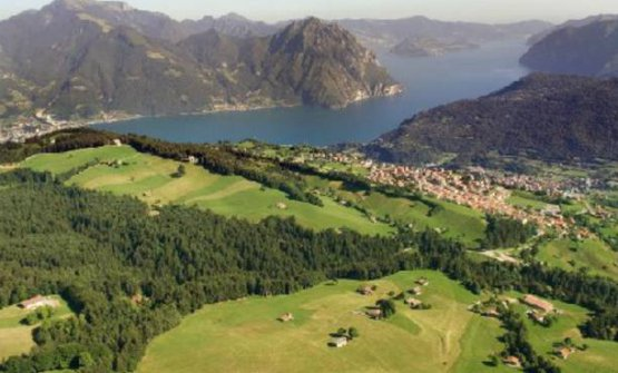 The plateau of Bossico with Lake Iseo in the background