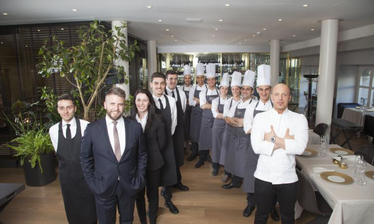 Simone Dimitri, left, with the beard, guiding the dining room team at Trussardi alla Scala in Milan (to the right, chef Roberto Conti). He participates in the debate on Identità Golose after the articles by Enrico Camelio, Lisa Foletti, Donato Marzolla, Ruggero Penza, Ramona Anello and Ermes Cantera