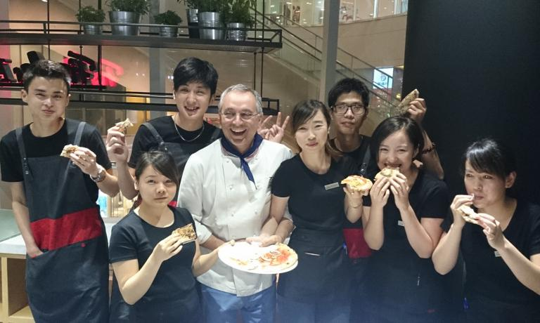Great celebrations in China for Neapolitan Enzo Coccia, the real world ambassador of pizza. Fissler, a German company that produces high quality tableware, called him for two new restaurants they've opened in China. And Coccia brought all his wisdom... and of course even a couple collaborators to train the local staff