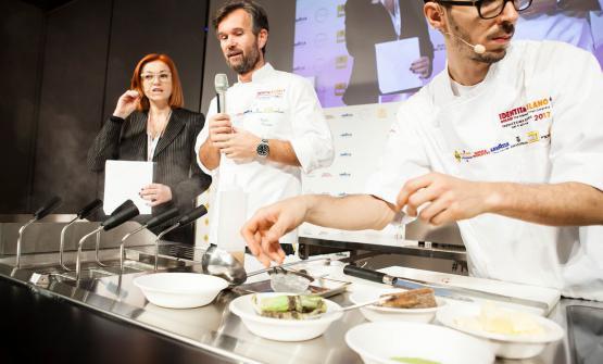 Carlo Cracco(in the photo with Eleonora Cozzellaand sousLuca Sacchi) opened Identità di Pasta