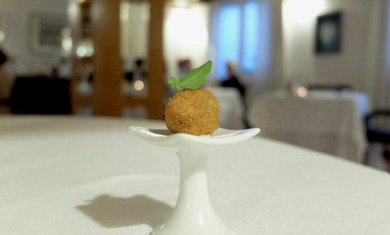 Meatball with fried cheek and mustard