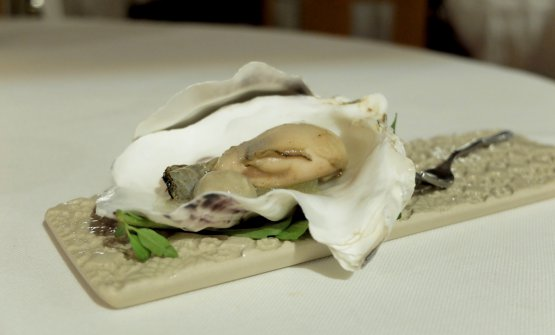 L'ostrica si dà le ariedi brace, a superb dish. The pearl is made with spherified oyster water, plus apple in osmosis with smoked water