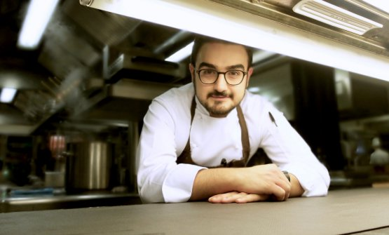 Pasquale Laera, born in 1988, is chef at La Rei, the gourmet restaurant inside Il Boscareto Resort in Serralunga d'Alba. He arrived as executive chef under Antonino Cannavacciuolo's direction: when the latter left, he stayed