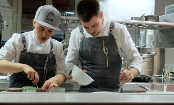 Lorenzo Cogo at work behind the pass at his new El Coq in Vicenza (photo Tanio Liotta)